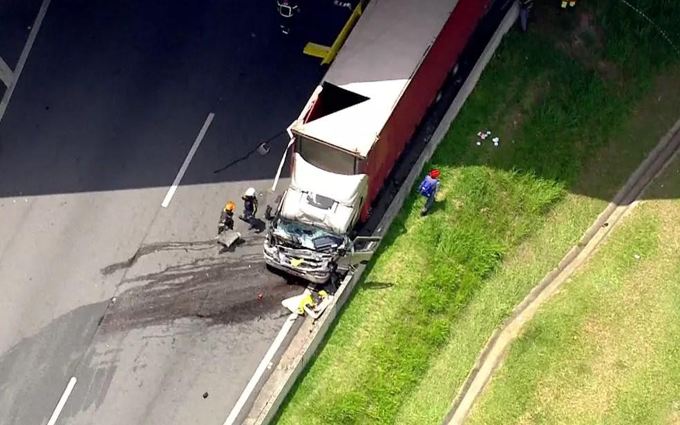 Caminhão atingido por helicóptero que caiu — Foto: Reprodução/TV Globo