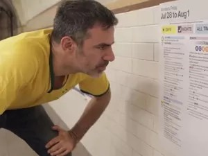 Seth Kugel em cena de vídeo sobre o metrô de Nova York (Foto: Reprodução/Amigo Gringo)
