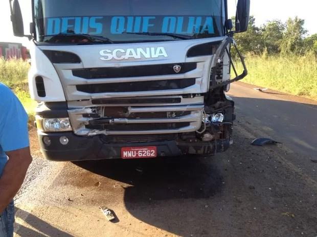 Caminhão que bateu na traseira de trator na TO-050 (Foto: Alexandre Alves/TV Anhanguera)