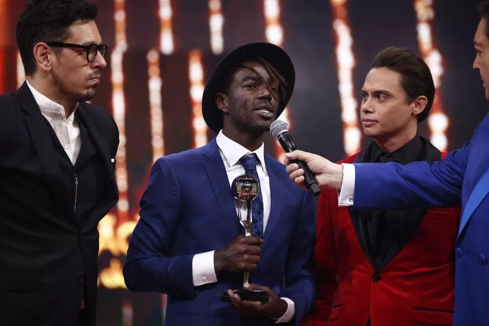 Jonathan Azevedo subiu ao palco com João Vicente de Castro e Silvero Pereira para receber seu troféu (Foto: Artur Meninea / Gshow)