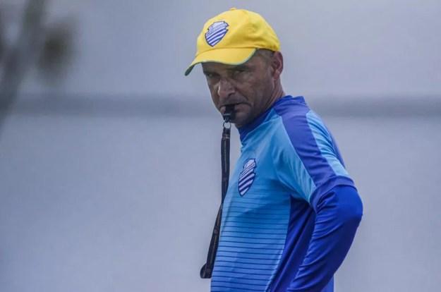 Adriano Rodrigues está montando o time para o próximo jogo da Série B — Foto: Augusto Oliveira/CSA