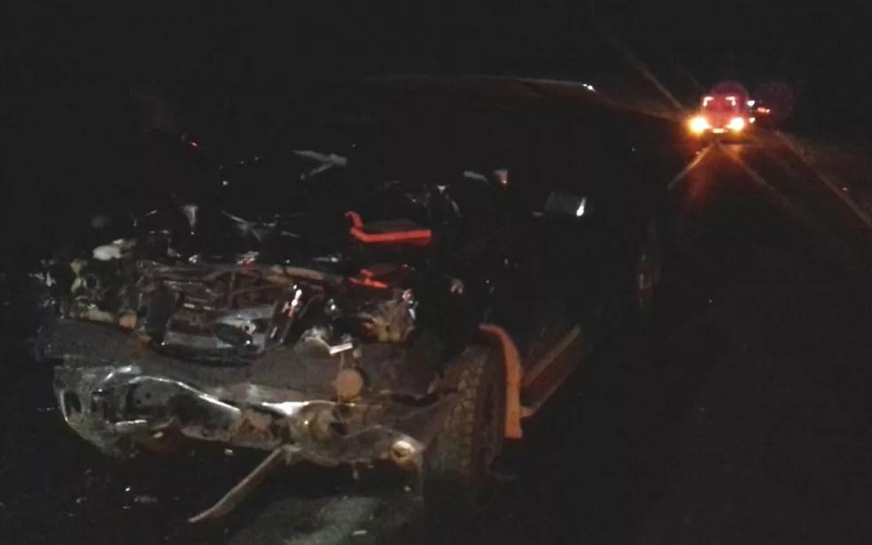 Caminhonete é atingida por carro que tentava fazer ultrapassagem na BR-080 (Foto: Divulgação/PRF)