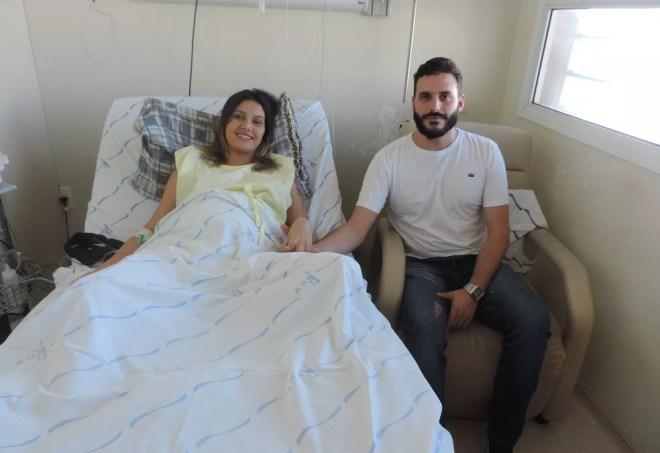 Casal formado pela vendedora Naiara e o publicitário Victor no quarto do HCM em Rio Preto  — Foto: Carolina Pascholoan/G1