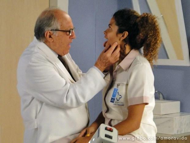 Lutero encaminha Inaiá para o infectologista (Foto: Amor à Vida/ TV Globo)