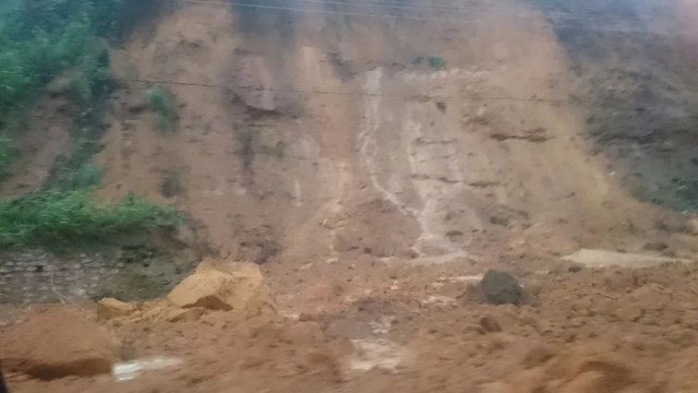 Deslizamento de terra na Avenida Leste-oeste (Foto: Cau Rodrigues /G1)