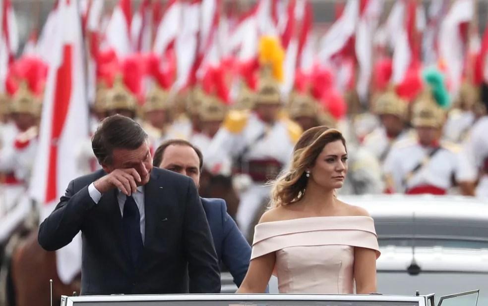 Jair Bolsonaro emocionado durante trajeto da Catedral ao Congresso na Esplanada dos Ministérios — Foto: Ricardo Moraes/Reuters