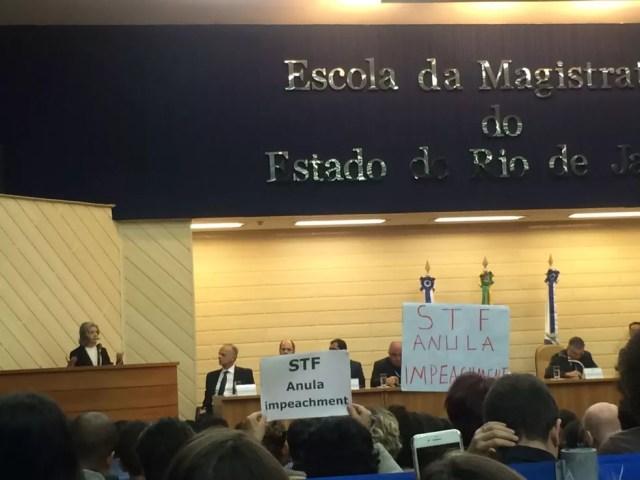 Cartazes com críticas ao STF são exibidos durante o discurso da ministra Carmen Lúcia na Emerj (Foto: Cristina Boeckel/G1)