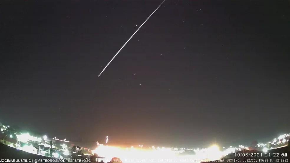 Meteoro foi registrado em SC nesta quinta-feira (19) — Foto: Jocimar Justino/Reprodução