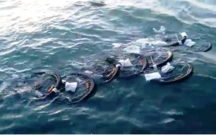 Pneus se espalharam pelo mar depois do acidente (Foto: Walmir Oliveira)