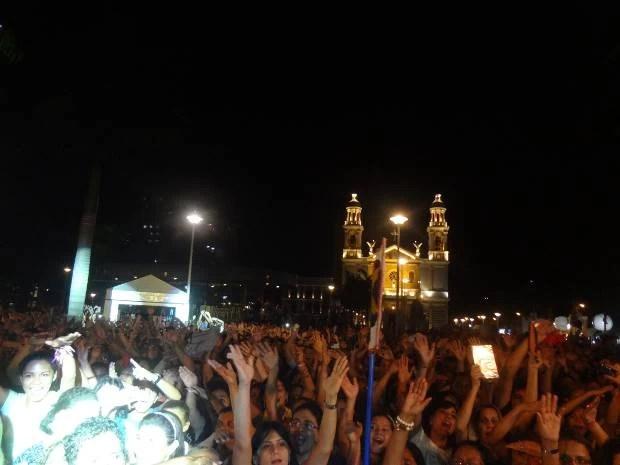 Público lotou a Praça Santuário, em frente à Basílica de Nossa Senhora de Nazaré. (Foto: Dominik Giusti/G1)