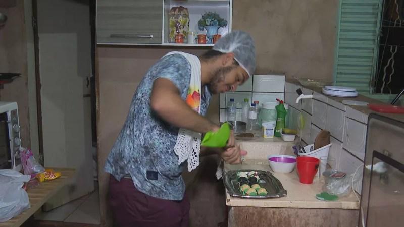 Lucas de 17 anos fazia brigadeiros para pagar cursinho pré-vestibular.  — Foto: TV Globo