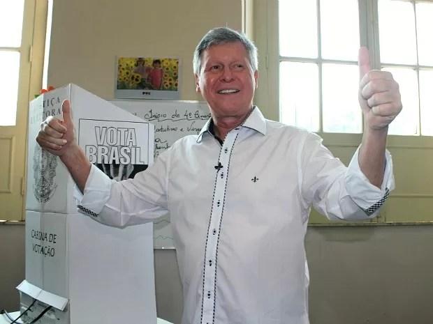 Artur Neto acena logo após votação no domingo (28) (Foto: Girlene Medeiros/G1 AM)
