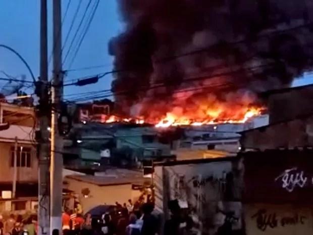 Morador registrou Incêndio em Vigário Geral (Foto: Waldecir Dantas / Enviado por Whatsapp)