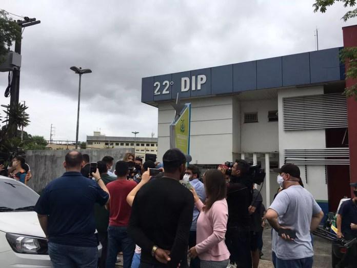 Pais protestam em frente a delegacia em Manaus — Foto: Amanda Bucão/Rede Amazônica