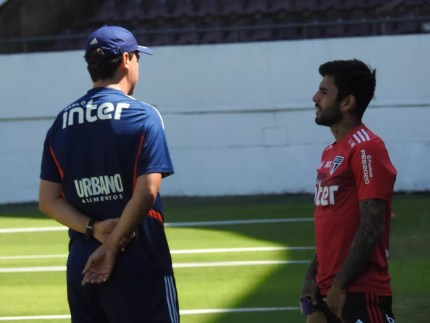 Fernando Diniz conversa com Liziero — Foto: Marcelo Hazan
