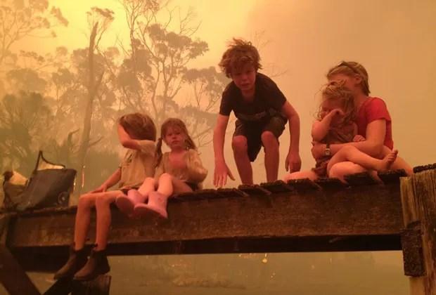 Foto do dia 4 de janeiro mostra as crianças sobre cais  (Foto: AP)