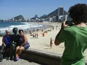 """Estátua de Clarisse foi """"tietada"""" em seu primeiro dia no Leme (Foto: Fernando Frazão/Agência Brasil)"""