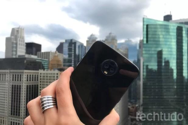 O celular tem uma câmera dupla na traseira, ambas com 12 megapixels. (Foto: Luciana Maline/TechTudo)