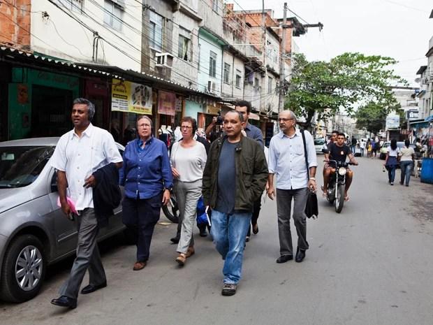 Secretário da Anistia Internacional Salil Shetty visitou a Maré nesta segunda (Foto: AF Rodrigues/Anistia Internacional)