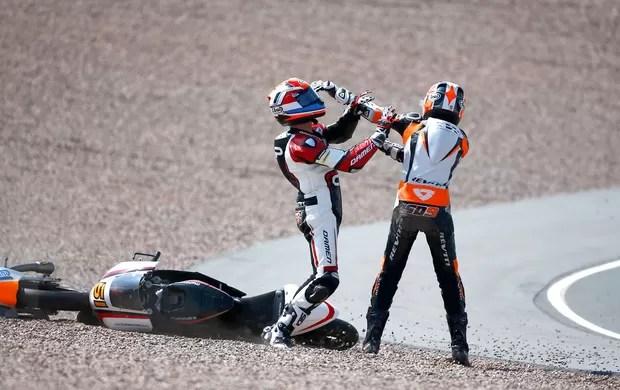 briga-moto-bryanschouten-scottderoue-reu3 - (MotoGP) Pilotos brigam após batida na Moto3