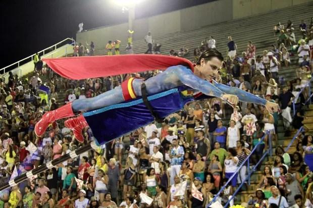 Paulo Dalagnoli voa pela Sapucaí com ajuda de maca (Foto: Marcos Ferreira / Brazil News)