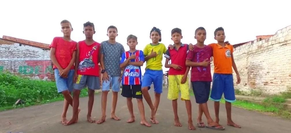 Grupo de crianças procurou a delegacia após ter bola confiscada por vizinha no Maranhão. — Foto: Reprodução/TV Mirante
