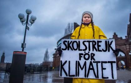 Greta Thunberg, de 15 anos, protesta em frente ao Parlamento da Suécia com o cartaz: 'Greve das escolas pelo clima' — Foto: TT News Agency/Hanna Franzen via Reuters
