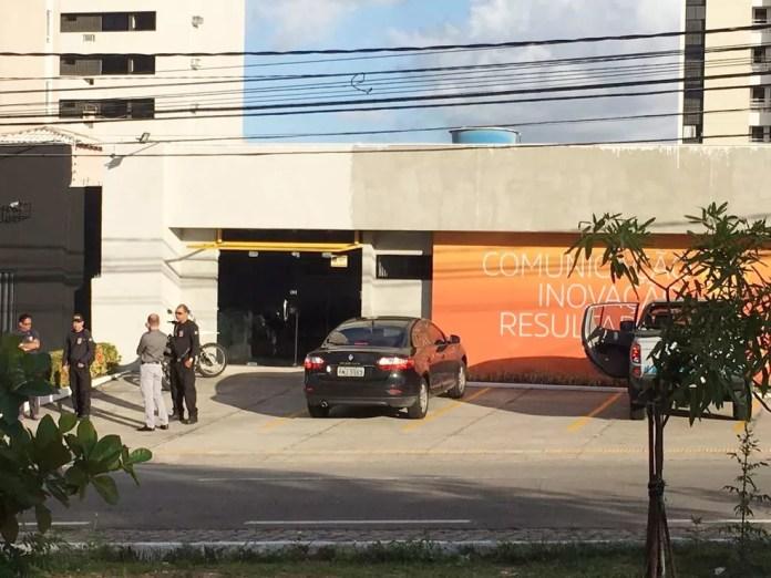 Mandados de busca e apreensão foram cumpridos na agência de publicidade Art&C, em Natal (Foto: Filipo Cunha/Inter TV Cabugi)