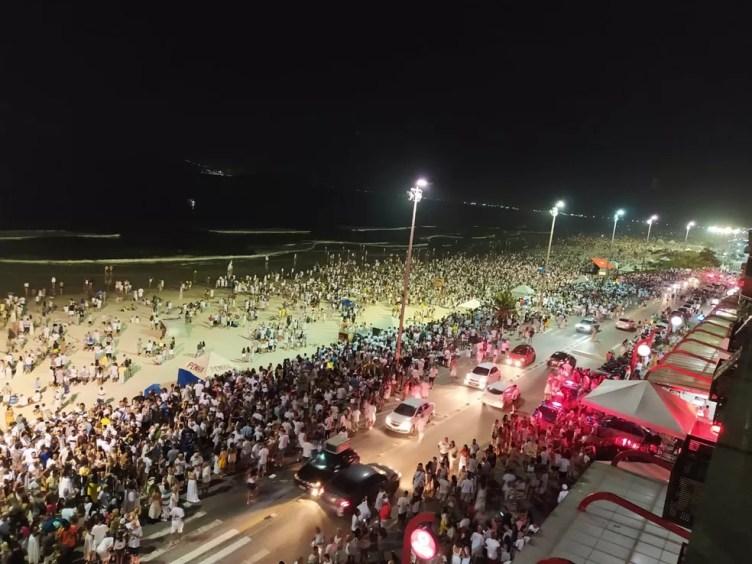Movimento na Praia do Forte, em Cabo Frio, durante o réveillon 2020/2021 — Foto: Paulo Veiga/G1