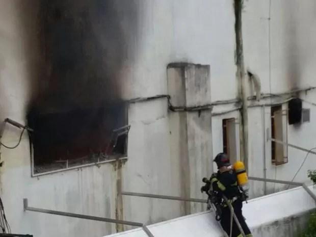 Bombeiros foram rapidamente deslocados até o supermercado em Santos (Foto: Adriana Cutino / G1)