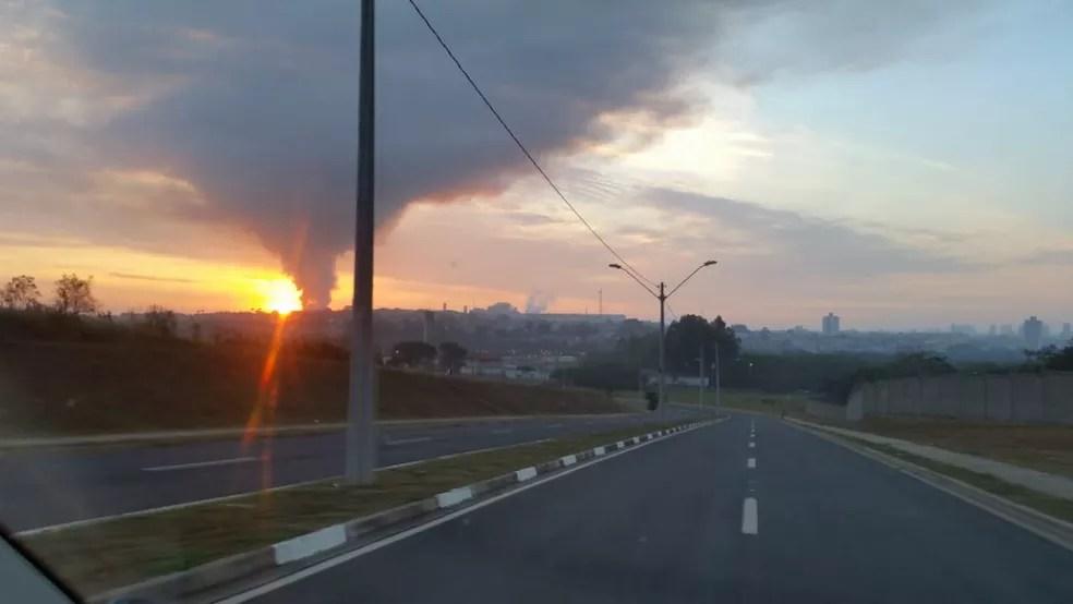 Fumaça de incêndio em metalúrgica de Piracicaba podia ser vista de longe (Foto: Carlos Eduardo Castro/Arquivo pessoal)
