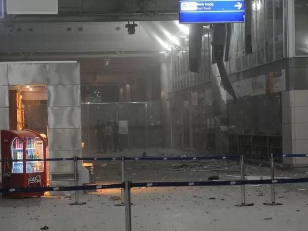 Imagem da entrada do aeroporto internacional de Ataturk em Istambul, na Turquia, após explosões no local (Foto: 140journo/via Reuters)