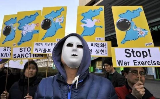 Ativistas antiguerra protestam contra os testes militares conjuntos entre EUA e Coreia do Sul, nesta segunda-feira (11), em Seul (Foto: AFP)