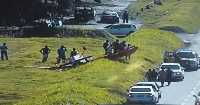 Imagens de câmera visionamento de tráfego mostram avião em canteiro lateral da via (Foto: Polícia Rodoviária Federal)