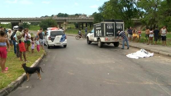 Homem foi atingido enquanto caminhava às margens da Rodovia Leste-Oeste, em Cariacica — Foto: Reprodução/TV Gazeta