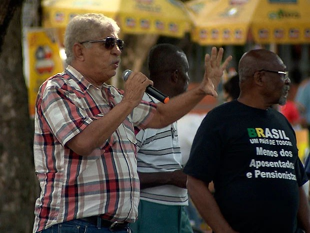 Idosos fazem ato na Praça da Piedade, em Salvador (Foto: Imagem/ TV Bahia)