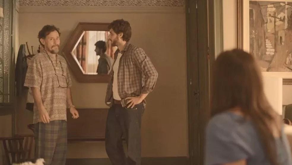 Durval (Enrique Diaz) se preocupa com Thelma (Adriana Esteves) e conta tudo a Danilo (Chay Suede) — Foto: Globo
