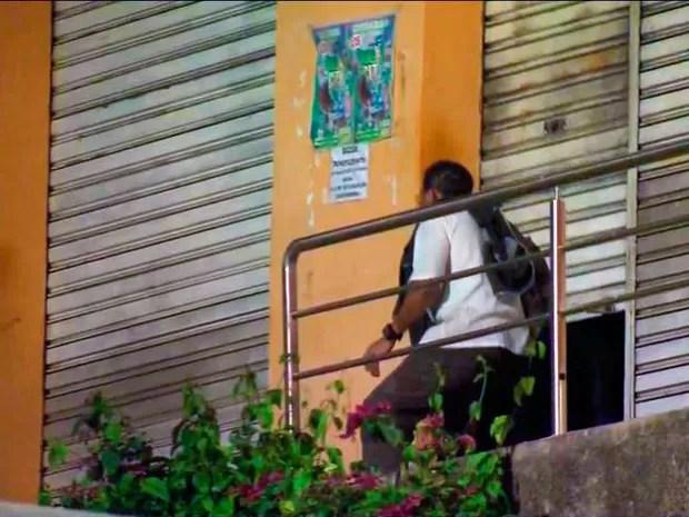 Uma das vítimas é liberada de cárcere em Guarapari (Foto: Reprodução/ TV Gazeta)