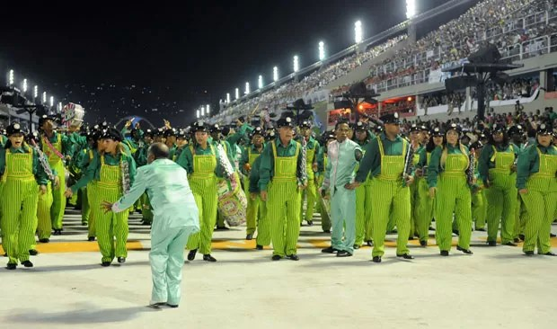 """Bateria 1 foi chamada de """"Maquinistas - no ritmo do trem de bamba"""" e saiu de verde (Foto: Alexandre Durão/G1)"""