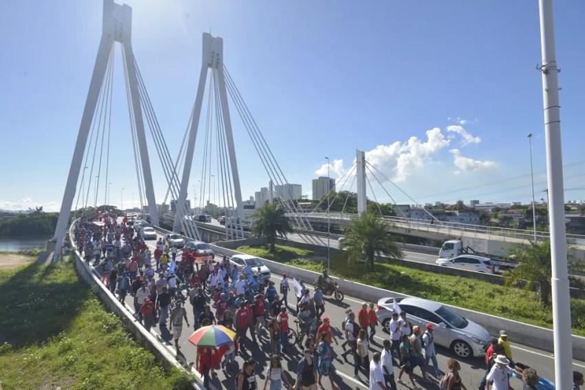 Manifestantes na atravessam a Ponte da Passagem (Foto: Bernardo Coutinho/ A Gazeta)