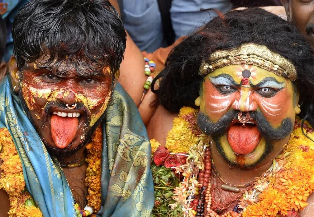 10 de julho - Devotos indianos vestidos como Potharaju, irmão da deusa Hindu Mahakali, participam do tradicional festival de 'Bonalu', um ritual à deusa Mahakali no Templo Sri Ujjaini Mahankali, em Secunderabad, na Índia (Foto: Noah Seelam/AFP)