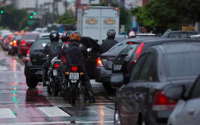 Trânsito pesado depois de madrugada de chuva na Rua Vergueiro — Foto: Bruno Rocha/FotoArena/Estadão Conteúdo
