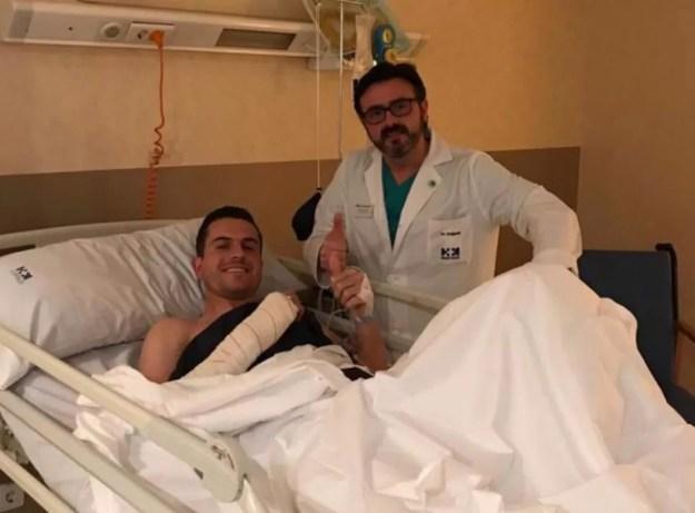 Marcelo Grohe posa com médico após cirurgia em Madri — Foto: Divulgação / Al-Ittihad