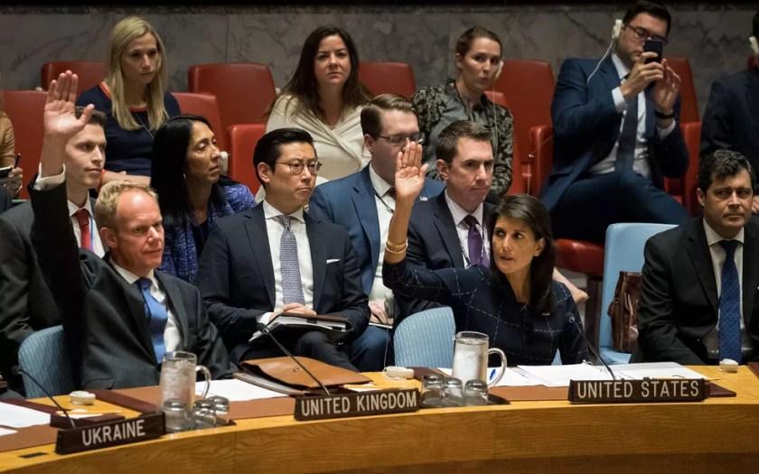 O embaixador do Reino Unido na ONU, Matthew Rycroft, e a embaixadora dos EUA, Nikki Haley, levantam as mãos durante votação de novas sanções contra a Coreia do Norte na sede do Conselho de Segurança da Onu, em Nova York, na segunda-feira (11) (Foto: Drew Angerer/Getty Images/AFP)