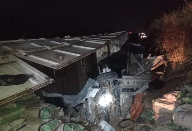 Carro foi esmagado por carreta na BR-364 em Jaru — Foto: Corpo de Bombeiros/Reprodução