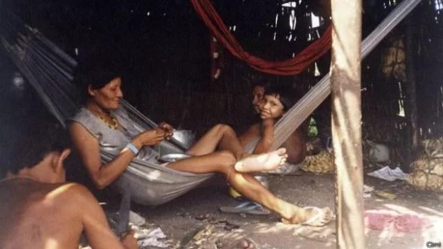 Raro registro de índios Arara em maloca próxima ao rio Iriri feito em 2010 pelo Conselho Indigenista Missionário (Cimi) (Foto: CIMI/BBC)