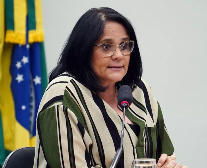 Cartilha foi feita pelo Ministério da Mulher, da Família e dos Direitos Humanos, comandado por Damares Alves — Foto: Pablo Valadares/Câmara dos Deputados