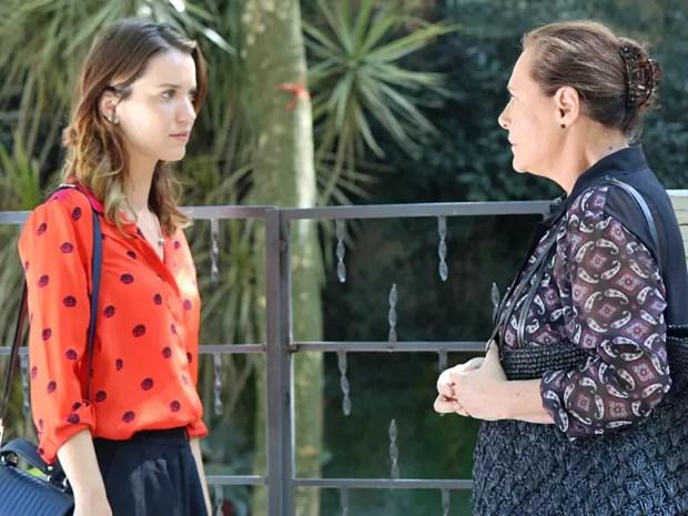 Tina encontra Laura e pede ajuda surpreendente (Foto: Paula Oliveira / Gshow)