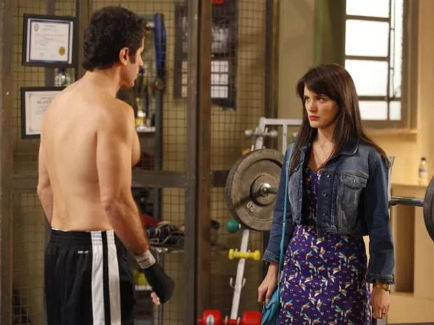 Com pose de santinha, Carolina diz a Ulisses que Zenon a agarrou (Foto: Guerra dos Sexos/TV Globo)