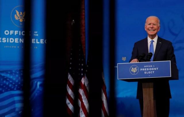 Presidente eleito dos EUA, Joe Biden, discursa nesta segunda-feira (14) em Wilmington após Colégio Eleitoral confirmar sua vitória — Foto: Mike Segar/Reuters